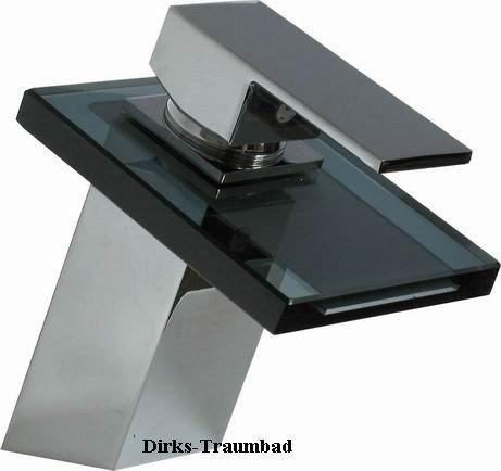 Elegante Wasserfall Armatur mit schwarzem Glas